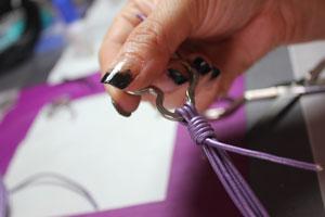 hacemos un nudo franciscano para hacer el llavero de chica o bisuteria